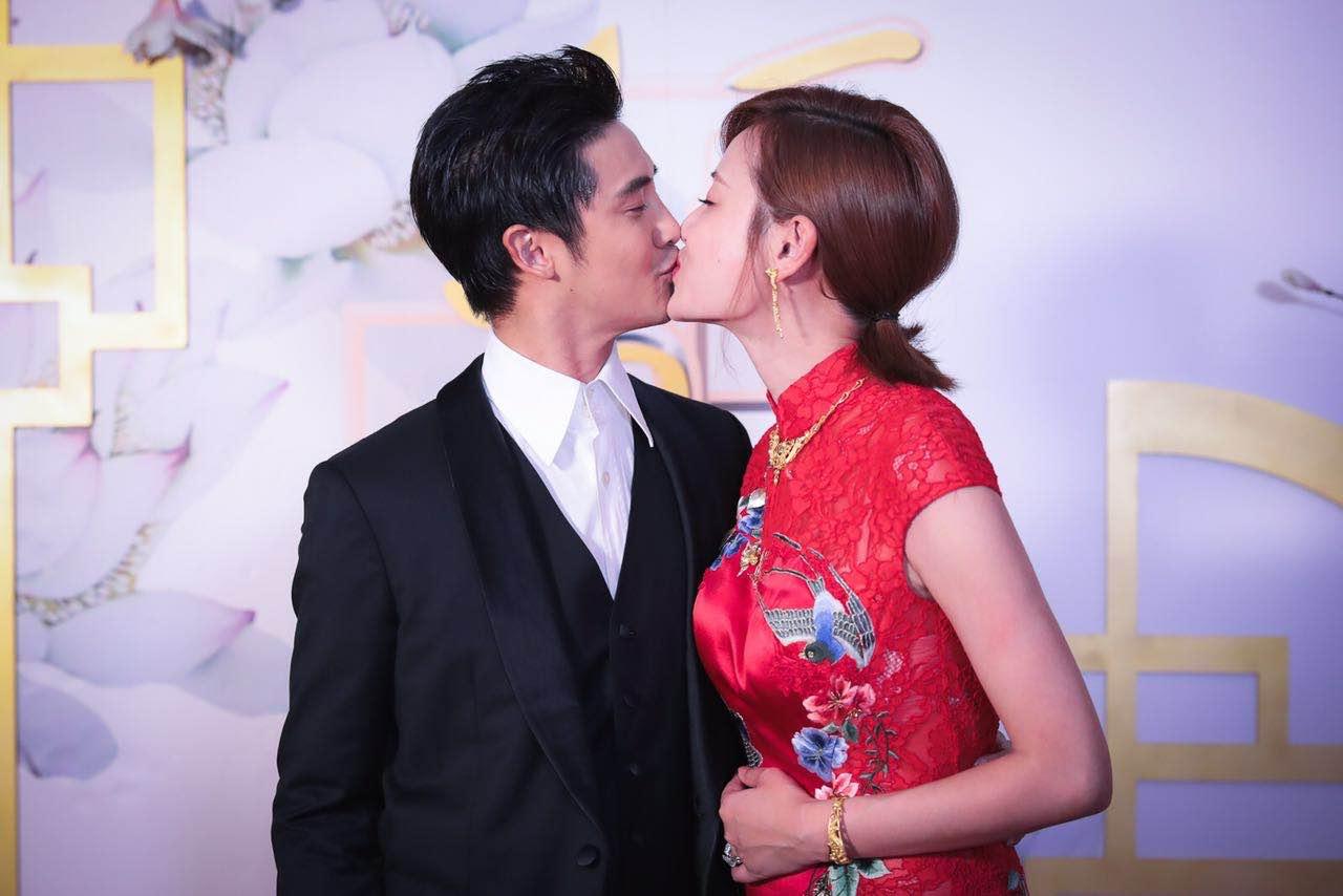 """田亮,叶一茜夫妇在好莱坞泳池俱乐部甜蜜亲吻庆""""锡婚""""图片"""